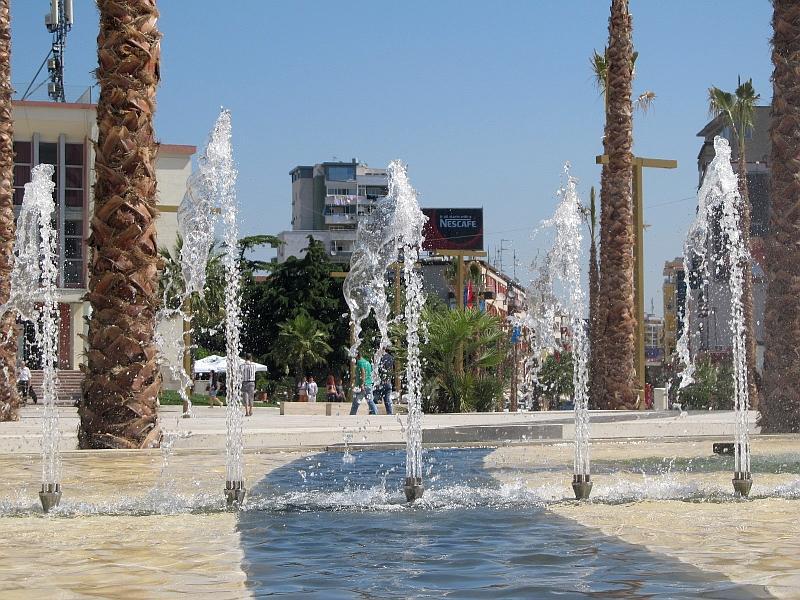 Дуррес: фонтан на главной площади