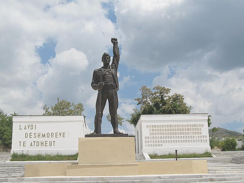 Корча: памятник неизвестному партизану