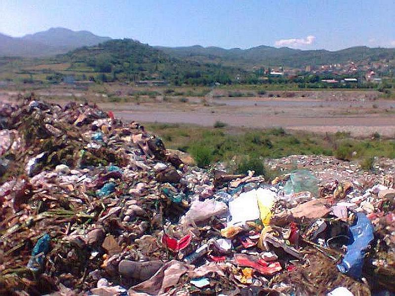 Эльбасан: мусор в промзоне комбината