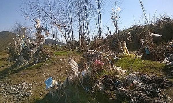 мусор на берегах реки Шкумбини