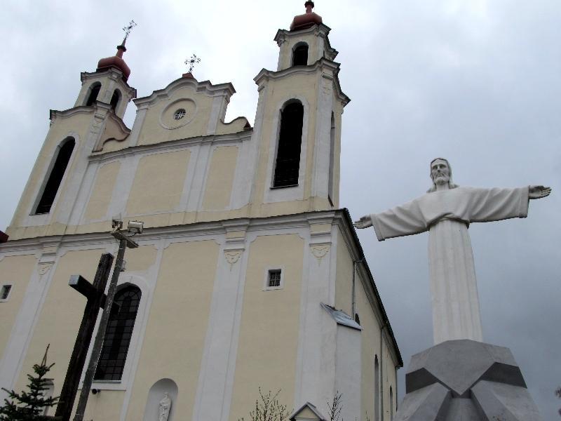 Ивье: костёл св. апостолов Петра и Павла (фасад)