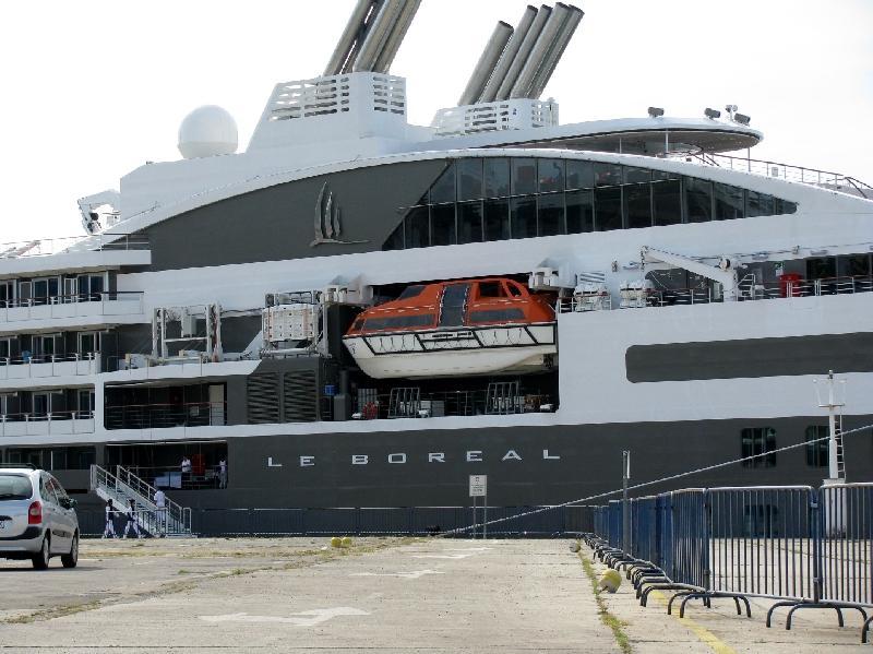 лайнер Le Boreal в порту Шибеник
