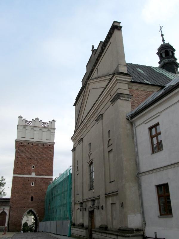 Сандомир: Опатовская брама и фасад костёла св.Духа