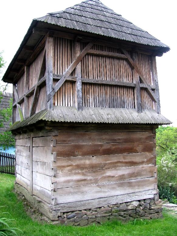 Ужгородский скансен: сарай для сушки зерна