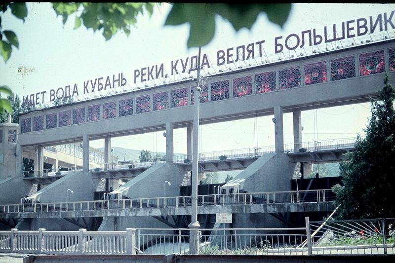 Усть-Джегута: плотина (идёт вода Кубань-реки...)
