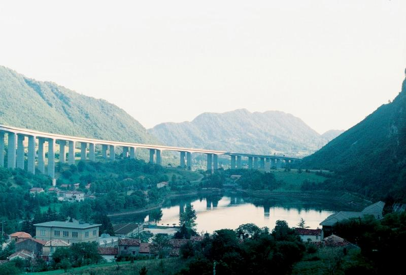 Италия: автострада близ озера Лаго-Морто